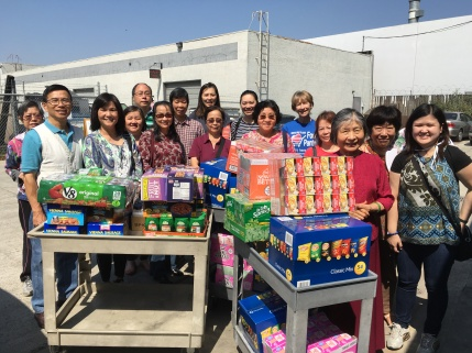 Group-at-food-pantry